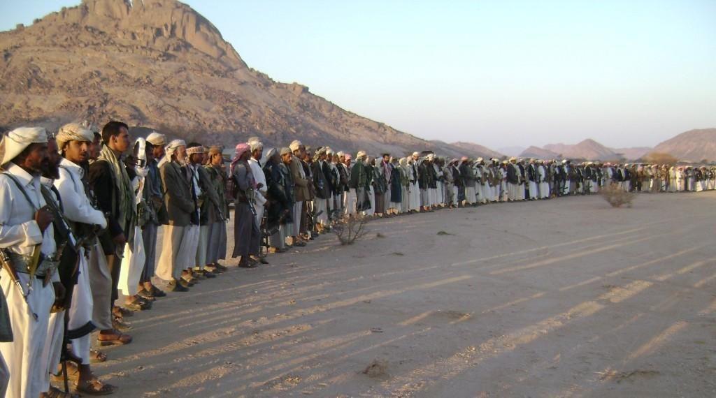 رجال قبائل في شمال اليمن ينشندون الشعر الشعبي