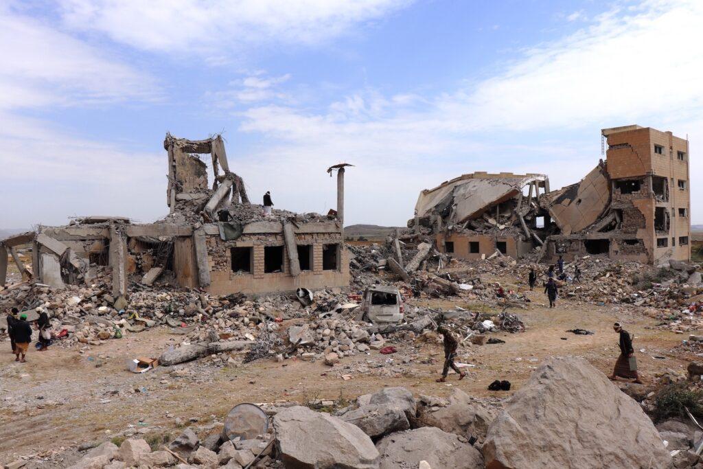 معتقل ذمار تحت الأنقاض بعد غارات جوية شنتها قوات التحالف