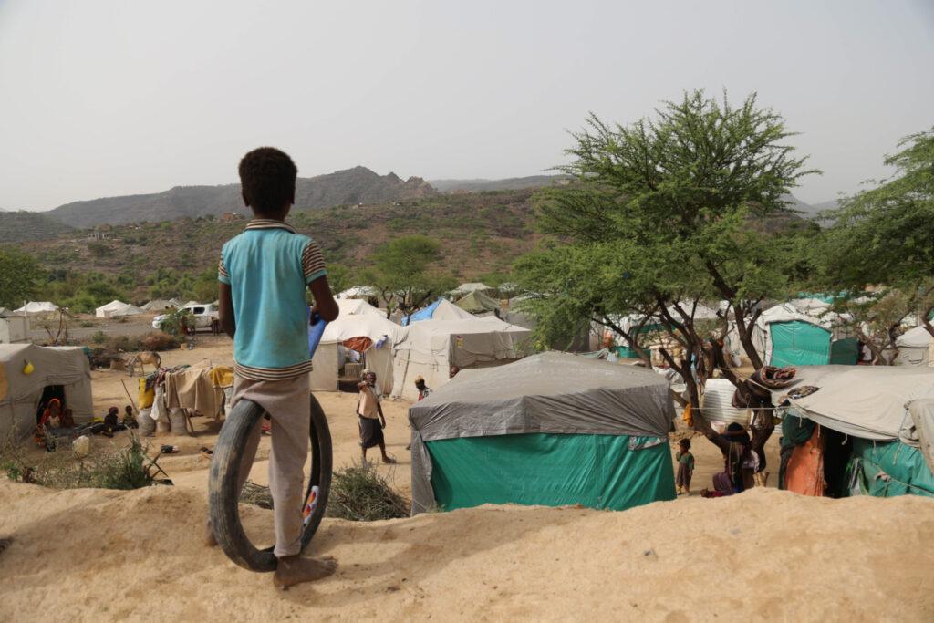 طفل يطل على مخيم جبل زيد للنازحين في غرب محافظة تعز