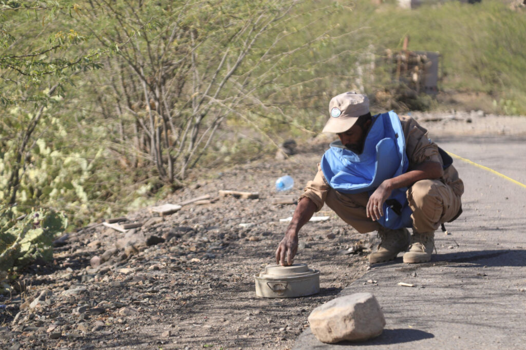 Demining on the Al-Bireen – Al-Kadha road west of Taiz
